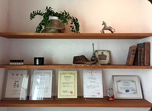 アンティーク小物と複数の賞・資格